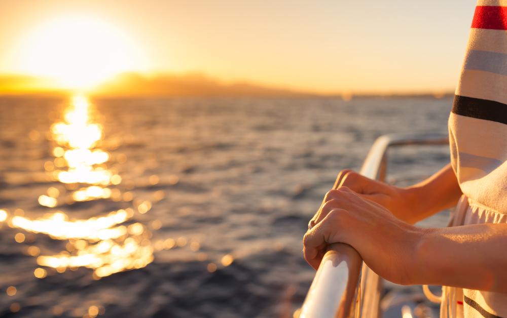 Paseo en barco en Menorca al atardecer